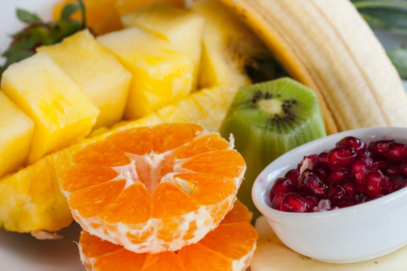 Salade de fruits pour petit-déjeuner des vacances d'été, ayurvédique, sattvique et tridoshique